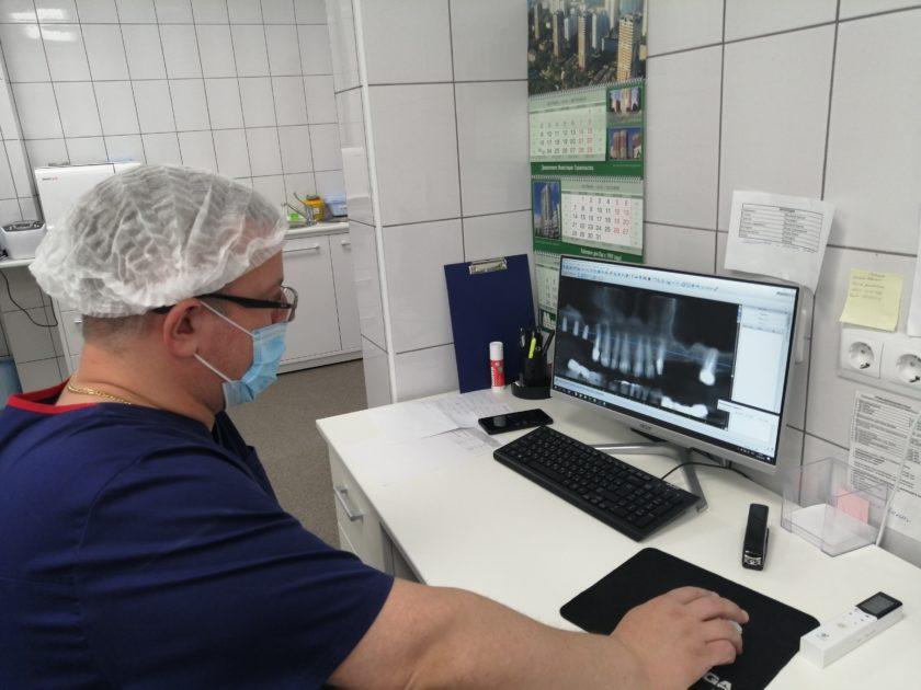 Станислав Андреевич в работе. Идет подготовка к имплантации.